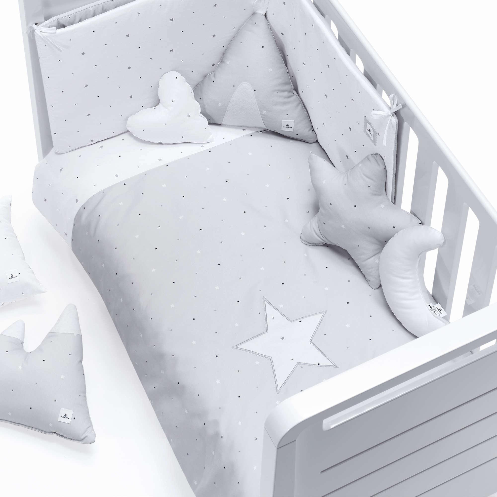 Colección textil para cuna de bebé en color gris claro y blanco