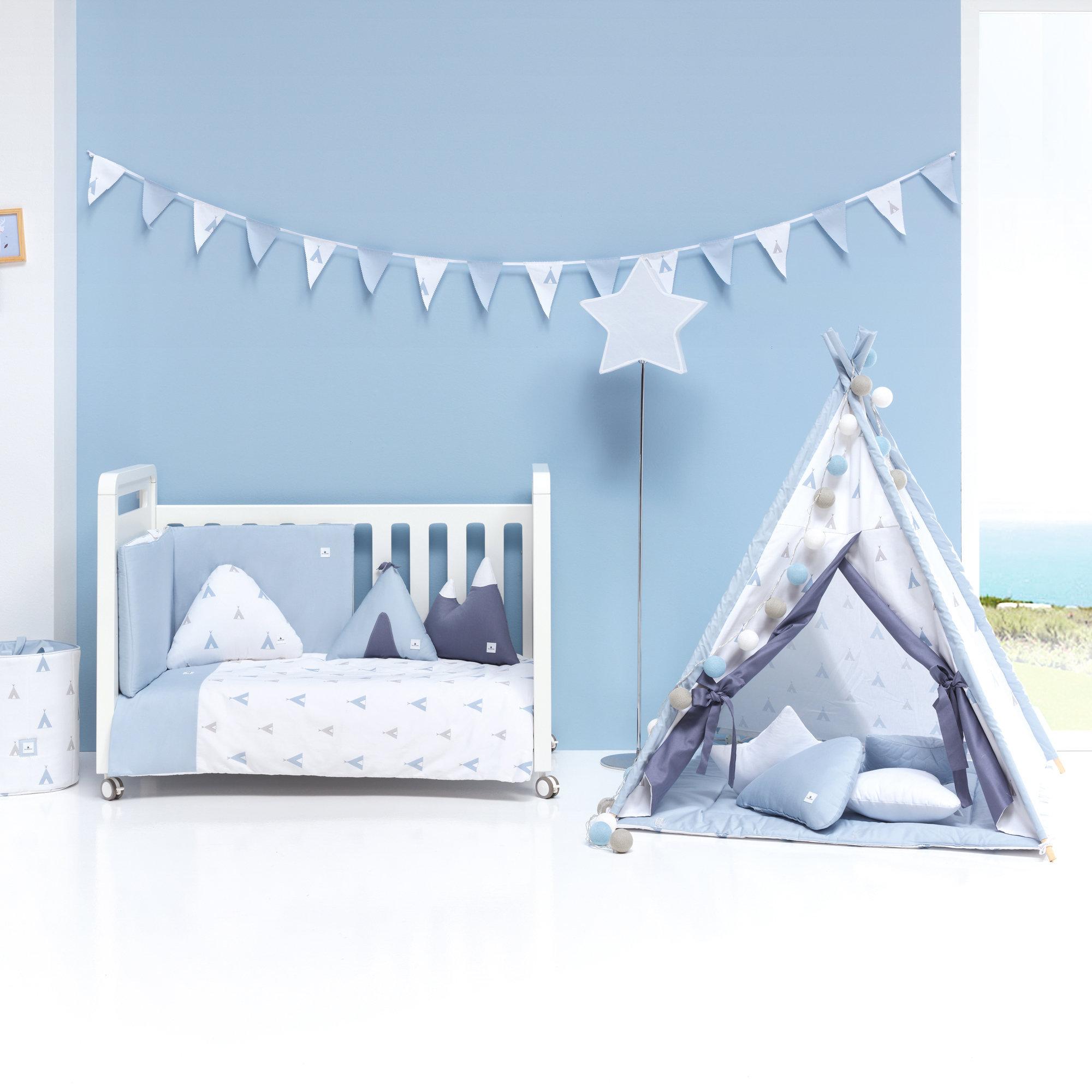 Colección textil para cuna de bebé en color celeste y blanco con estampado