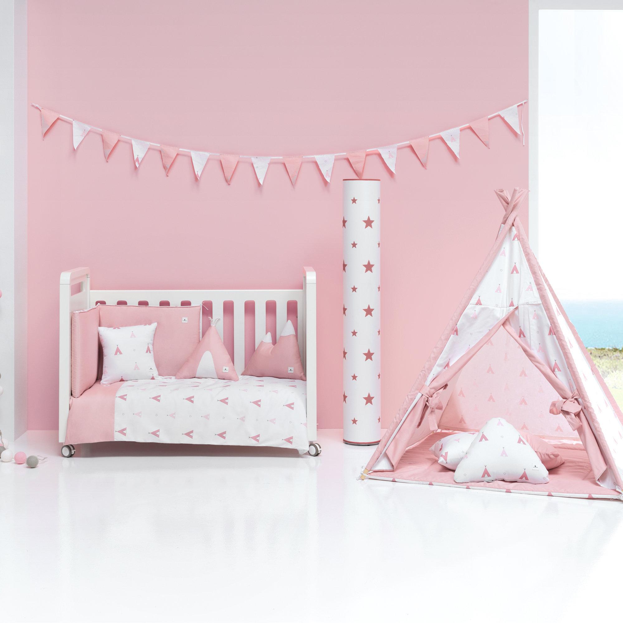 Colección textil para cuna de bebé en color rosa y blanco con estampado