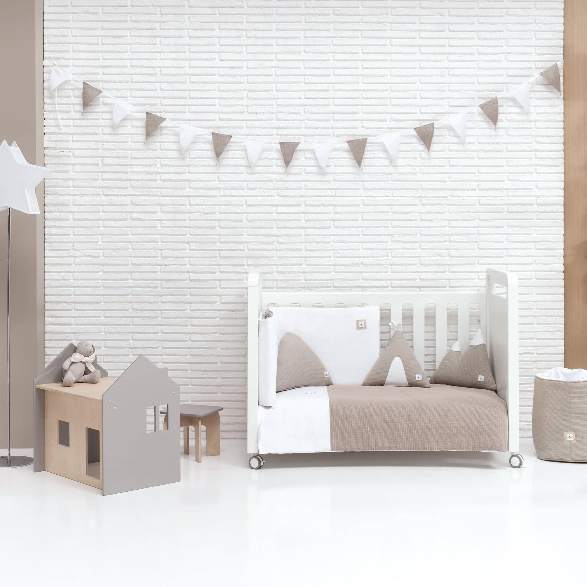 Colección textil para cuna de bebé en color marrón
