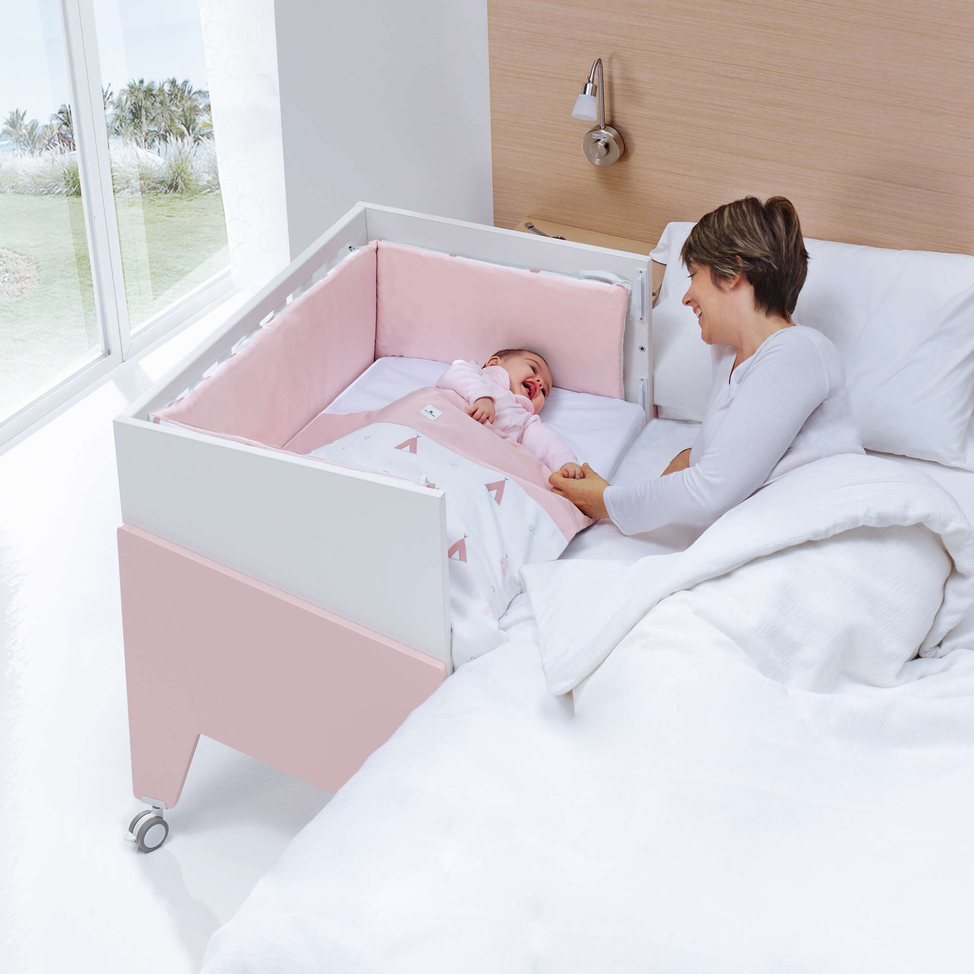 Nova culla da affiancare INBORN CRIB di Alondra può essere usata in 3 stadi distinti della crescita del bimbo: come culla da affiancare, culla e scrivania baby