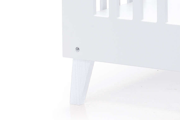 Cuna de madera NEXO con patas lacadas