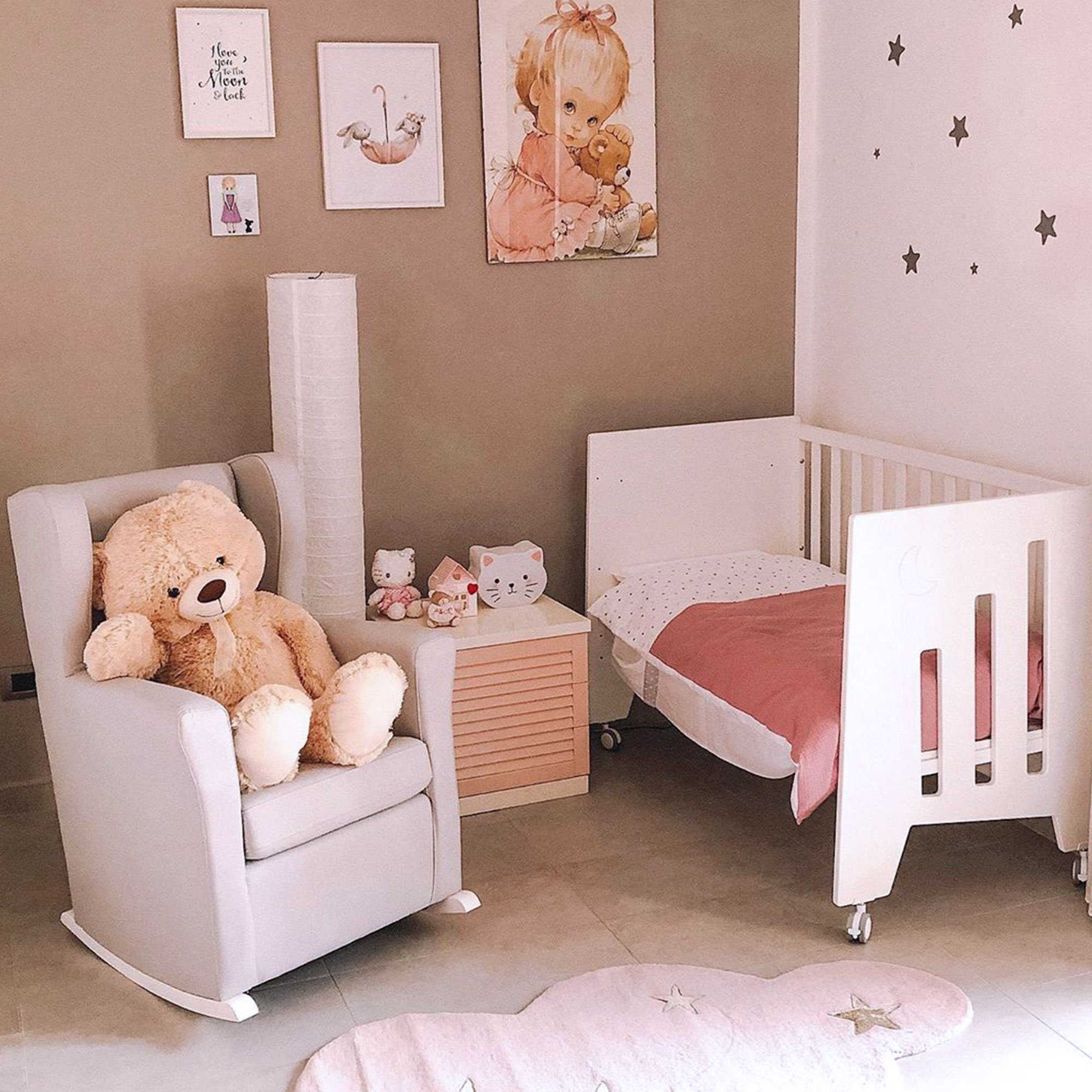 Habitación de bebé con cuna evolutiva a colecho