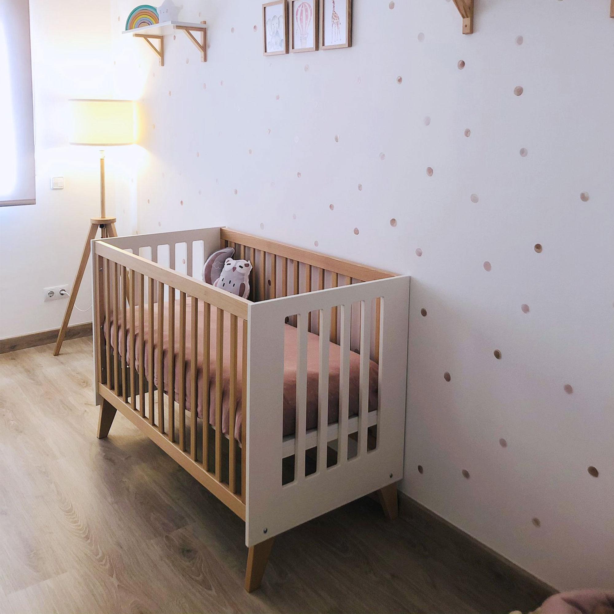 Habitación infantil con cuna colecho en blanco y madera