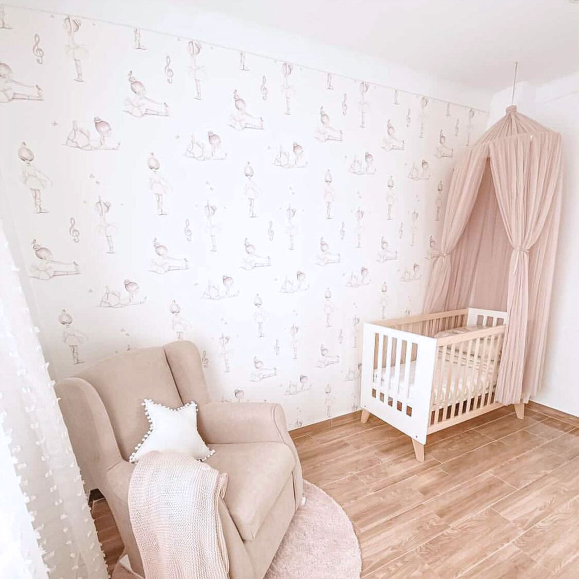 Habitación de bebé con cuna colecho de estilo nórdico