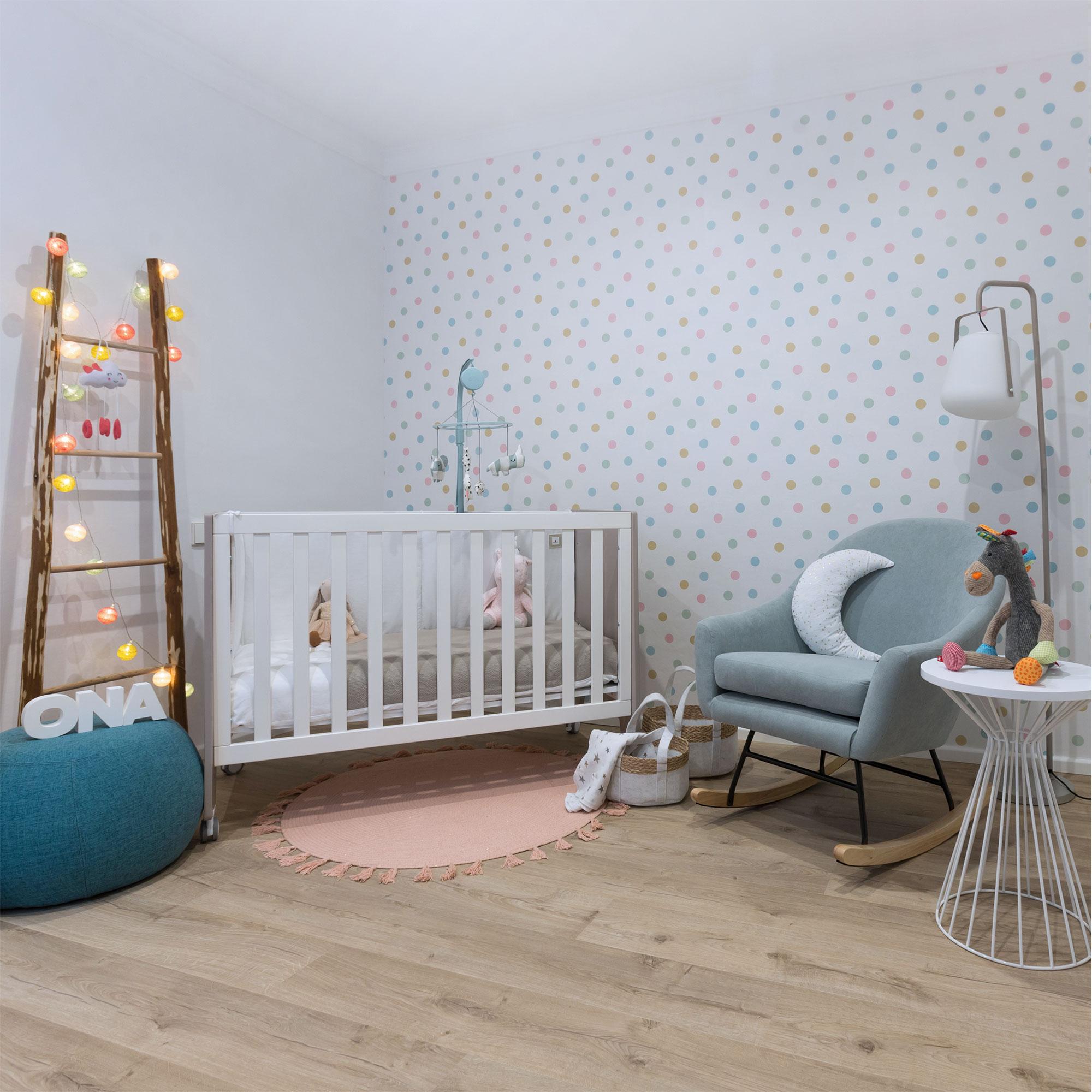 Dormitorio de bebé con cuna colecho transformable