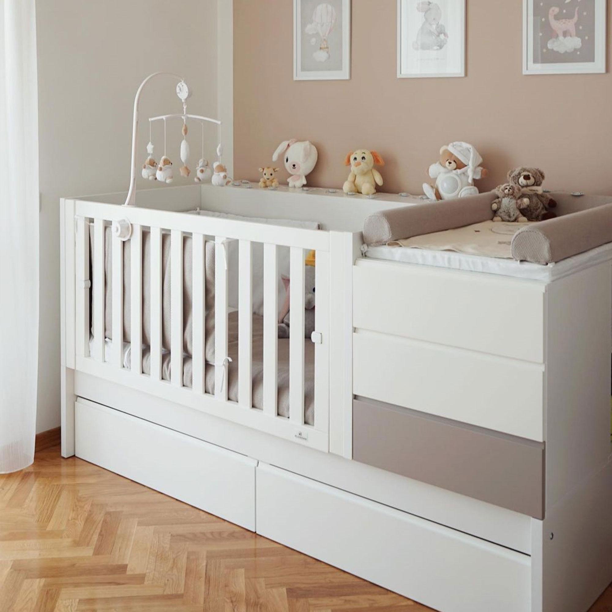 Dormitorio de bebé con cuna transformable
