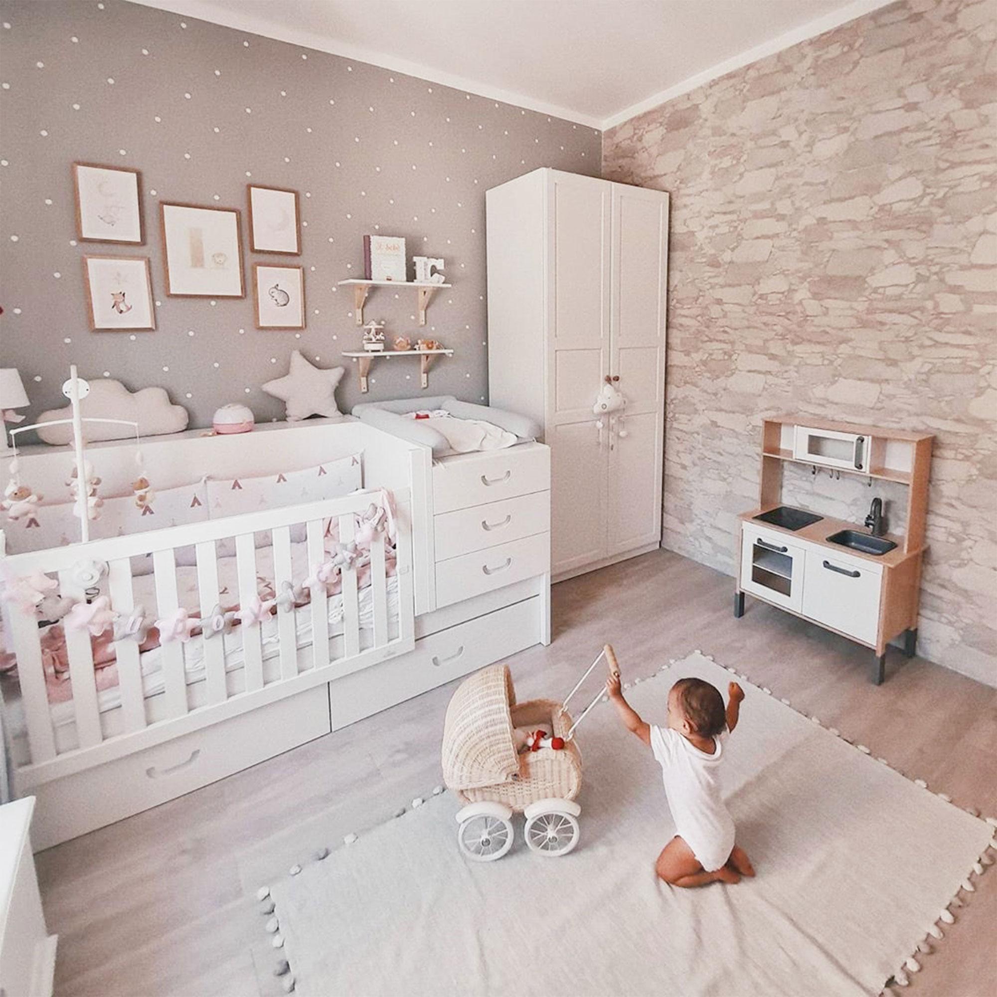 Habitación de bebé con cuna evolutiva