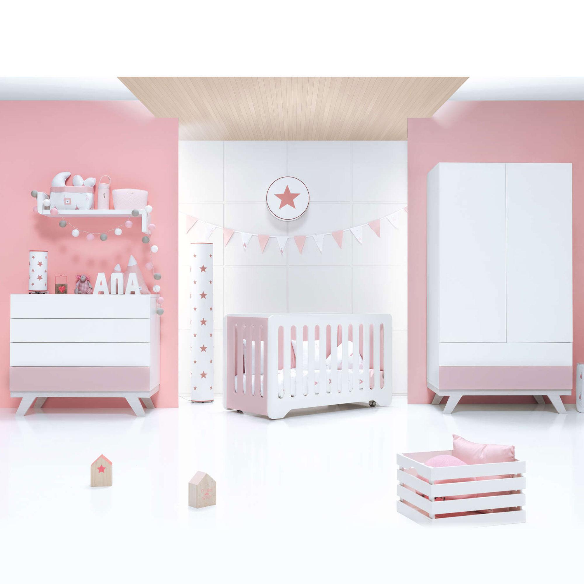 Habitación infantil para niña sencilla en blanco y rosa