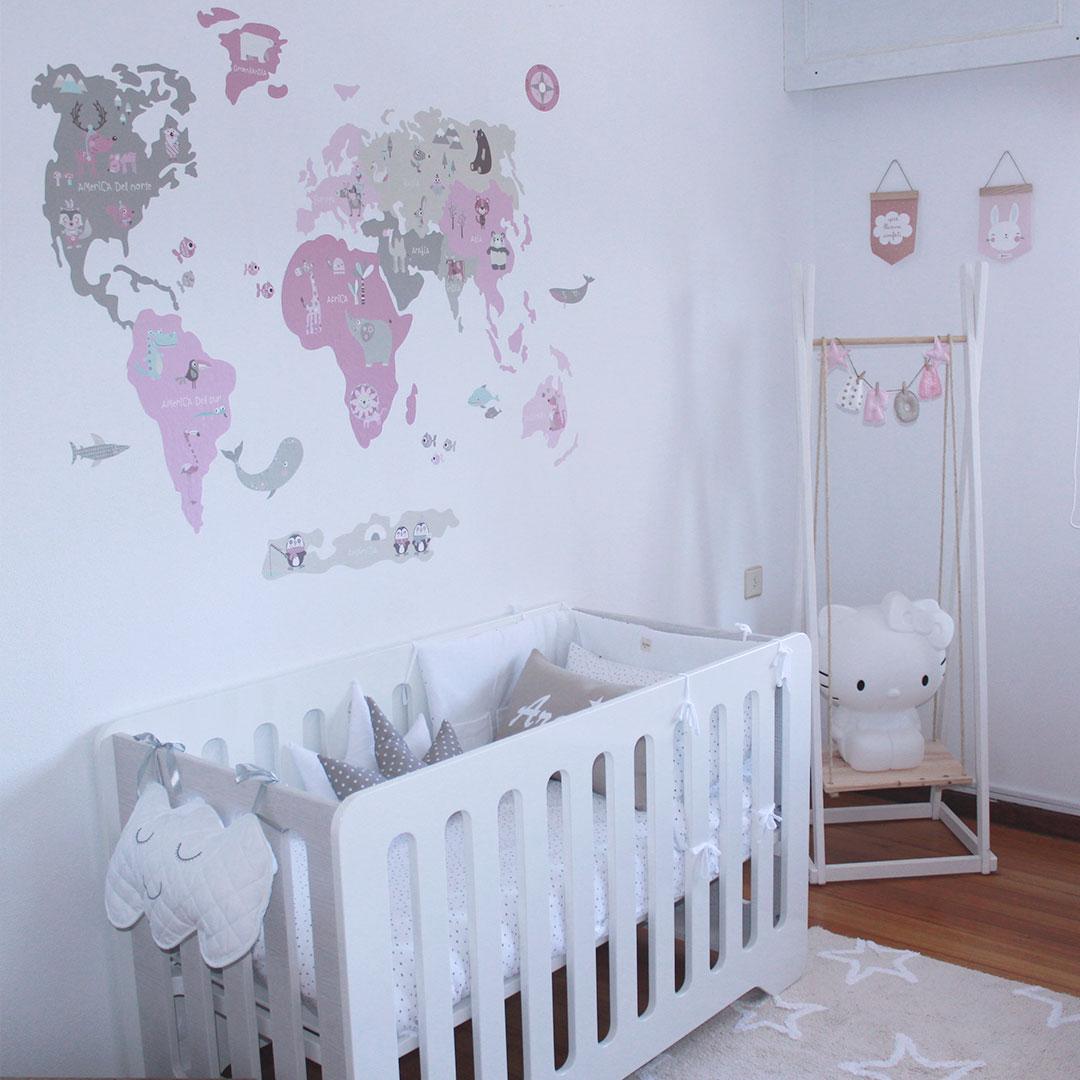 Dormitorio de bebé con cuna tradicional en blanco y gris