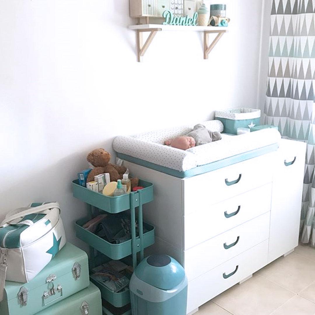 Habitación para bebé en blanco y verde-agua
