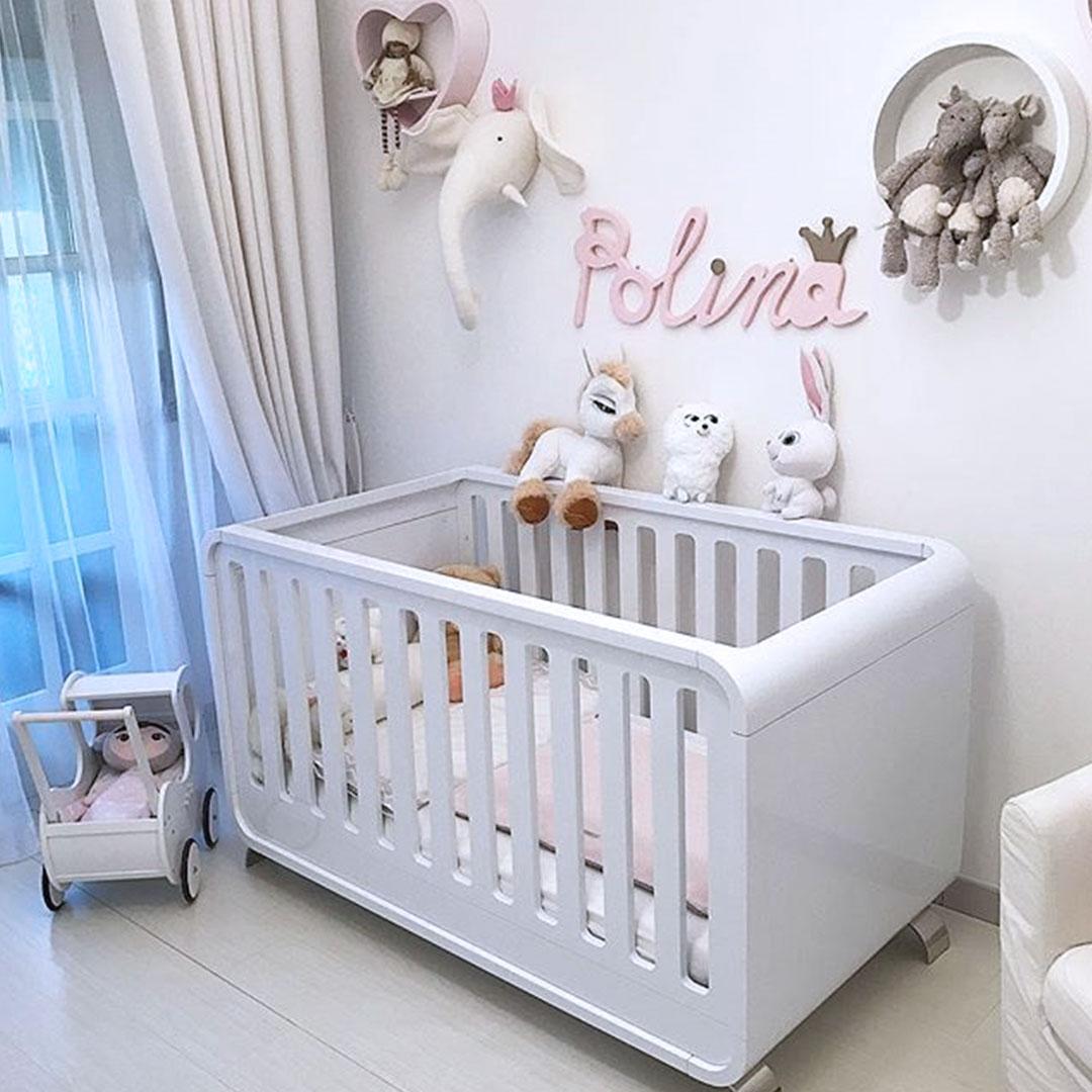 Habitación de bebé con cuna-cama lacada en blanco mate moderna