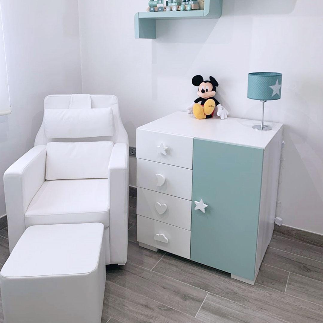 Dormitorio de bebé en blanco y verde menta
