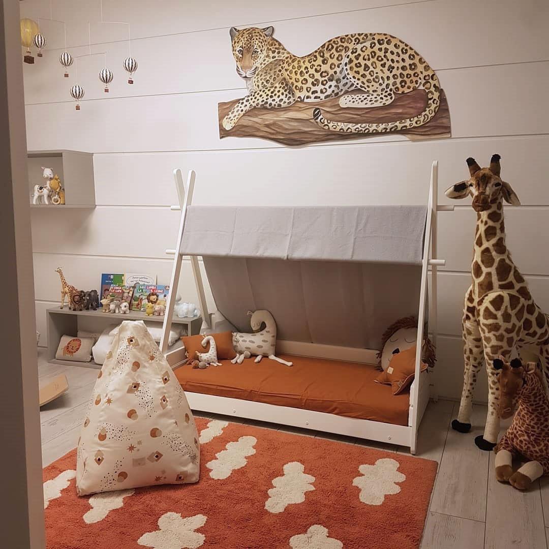 Habitación infantil Montessori estilo jungla con cama Homy Carezza