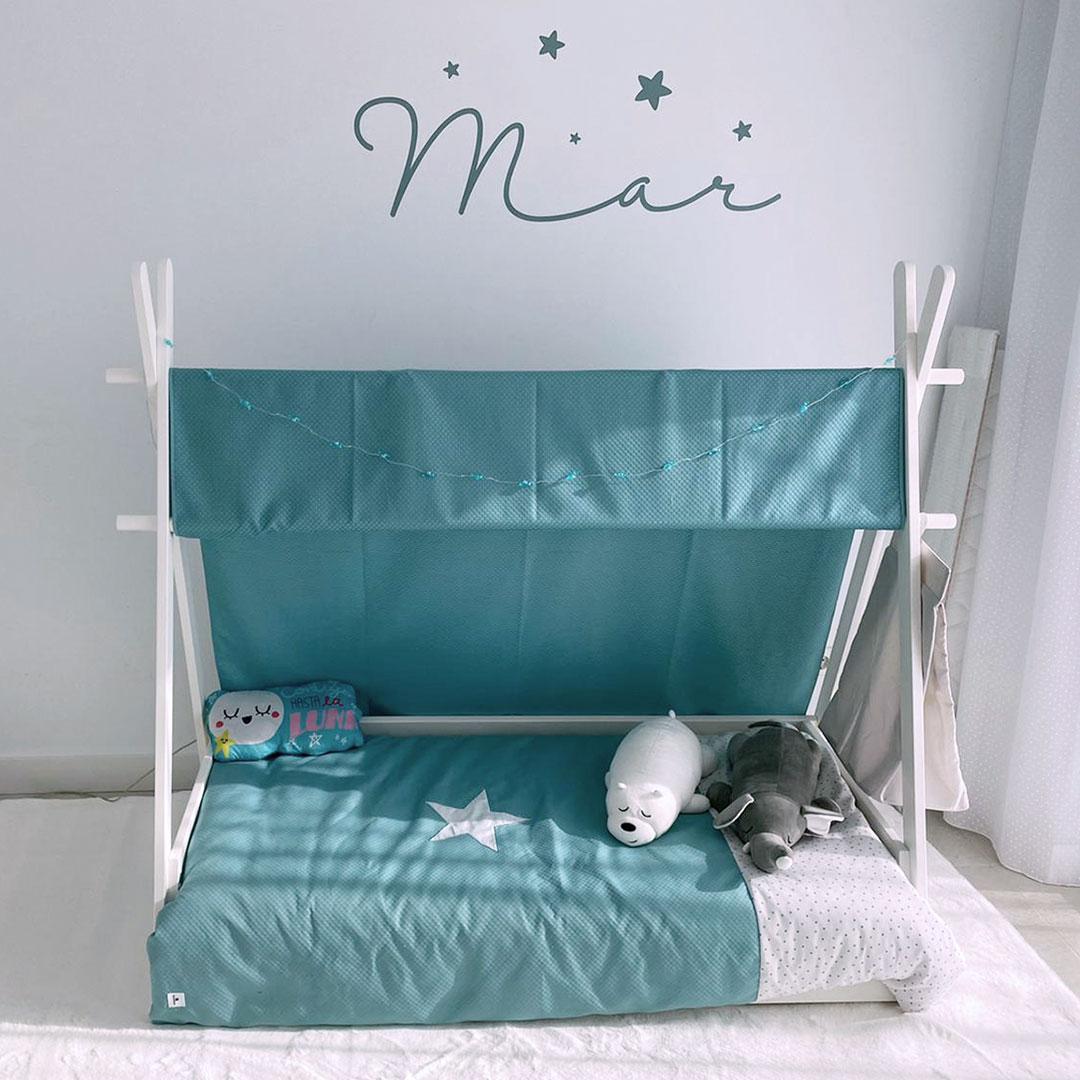 Habitación para bebé de estilo Montessori con cama a ras del suelo
