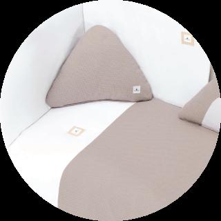 Textil de cuna color marrón y blanco